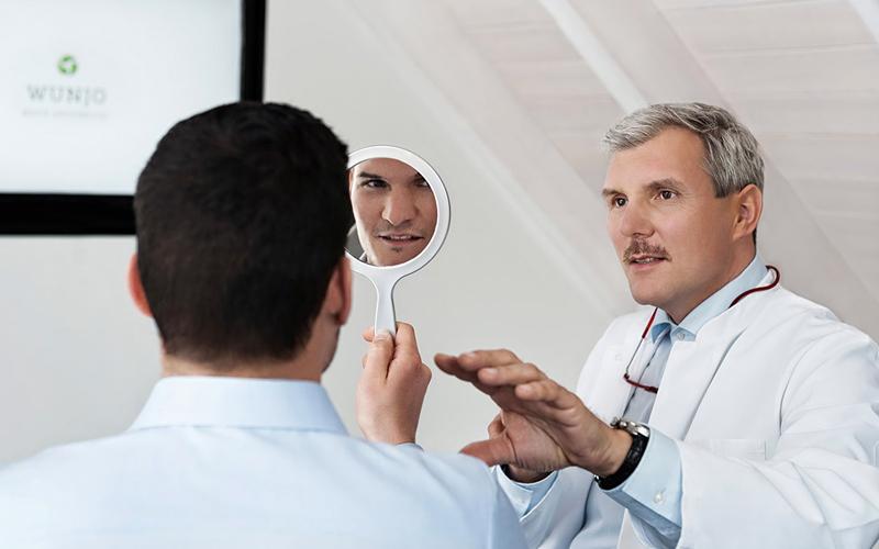 Ausführliche Beratung, Faltenbehandlung, Mann, Hyaluronsäure